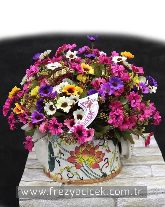 Porselen Çaydanlıkta Yapay Kır Çiçekleri