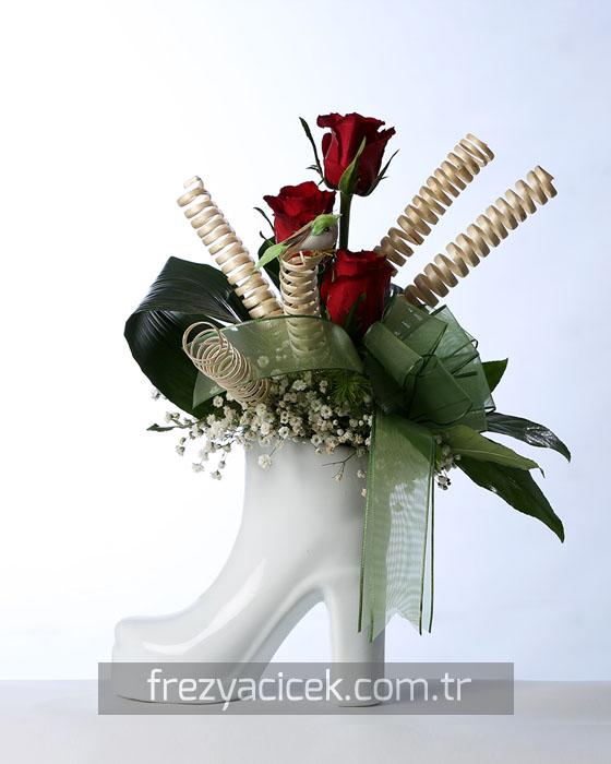 Sevgiliye Ayakkabıda Kırmızı Güller